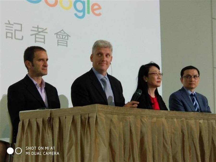 左二是Google硬體資深副總裁 Rick Osterloh、右二HTC CEO王雪紅、右一HTC總經理張嘉臨。(黃慧雯攝)