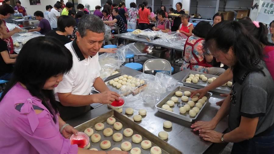 社頭農會總幹事蕭浚二與家政班婆婆媽媽一起製作愛心月餅。鐘武達揶 。