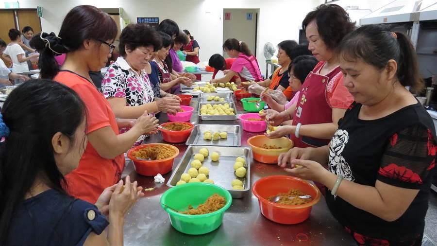社頭農會家政班的婆婆媽媽製作月餅,很忙,也很開心。鐘武達攝。