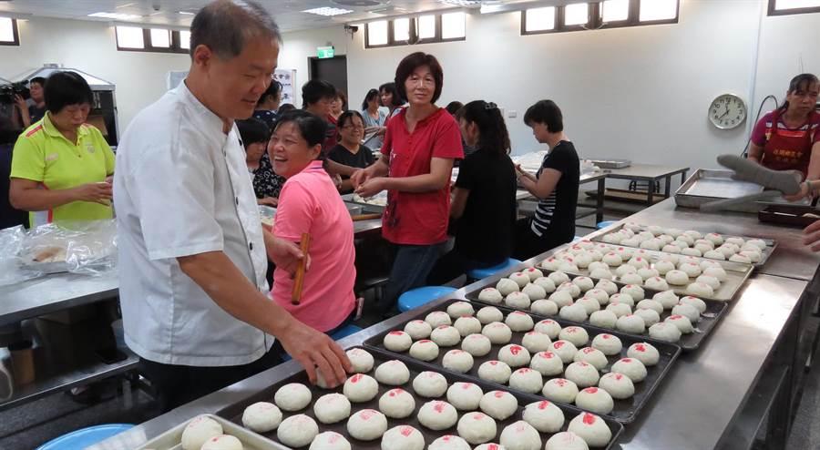 烘焙師傅吳武才也加入社頭農會製作愛心月餅的行列 。鐘武達攝。
