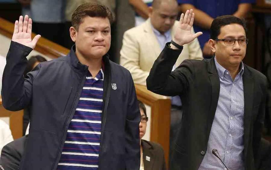 菲律賓總統杜特蒂的兒子保羅(左)和女婿Manases Carpio在9月7日到參議院接受質詢。(美聯社)