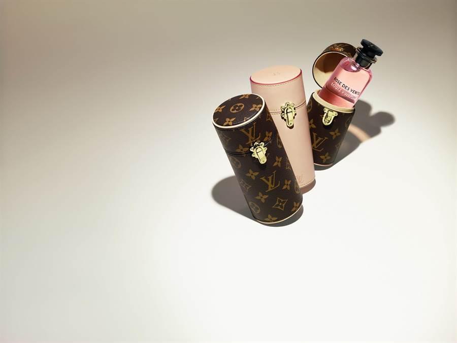 Monogram帆布旅行裝香水盒200ml,1萬6500元,100ml,1萬3600元;天然牛皮旅行裝香水盒200ml,1萬7500元,100ml,1萬4800元。(路易威登提供)