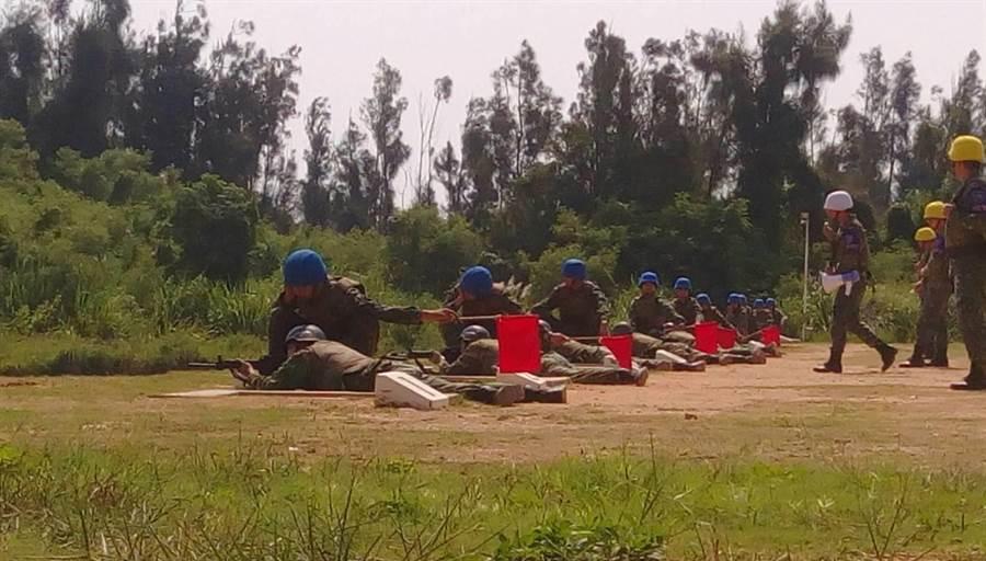 66名大學剛畢業的役男在金門展開為期5天密集的軍事訓練及戰地巡禮課程。(金防部提供)