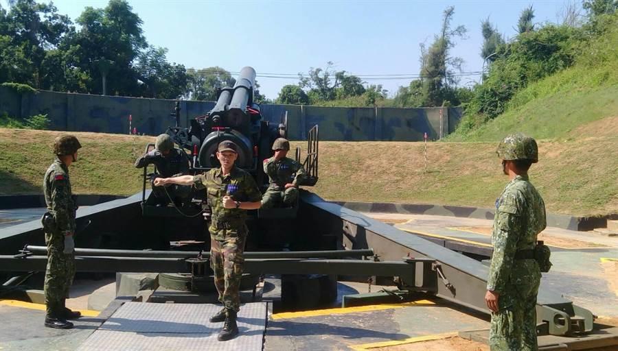 常備兵役軍事訓練優秀役男,在金門外島體驗「炮操」。(金防部提供)