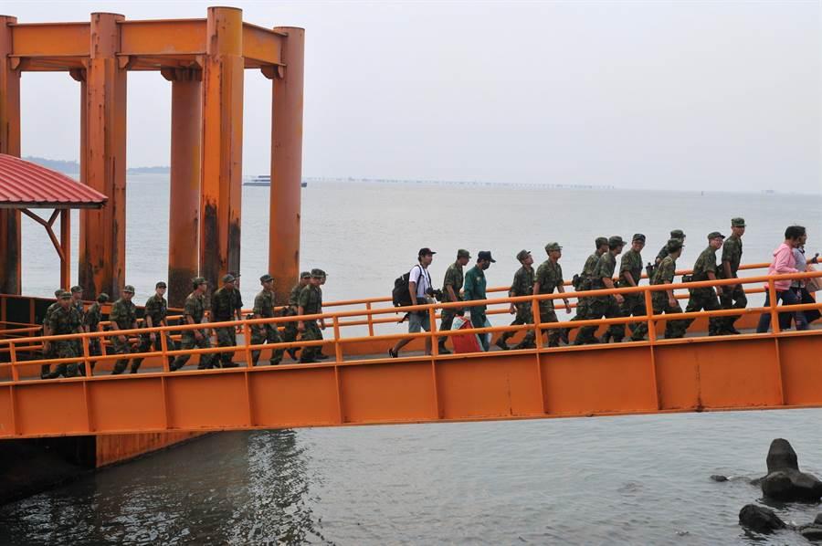 赴小金門進行「戰地巡禮」課程的軍事訓練役男,搭船返回金門本島。(李金生攝)。