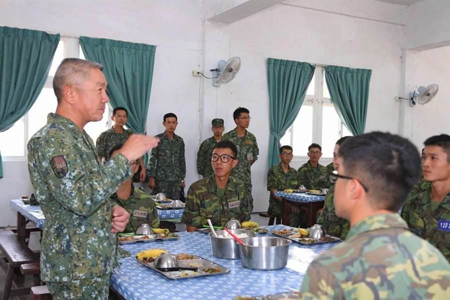金防部指揮官郝以知中將與役男會餐,分享見學心得。(金防部提供)
