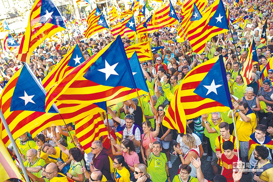 今年9月11日加泰隆尼亞「國慶日」,大批當地民眾手持象徵該地區獨立的「星旗」(Estelada)走上巴塞隆納街頭,表達對獨立與獨立公投的支持。(美聯社)