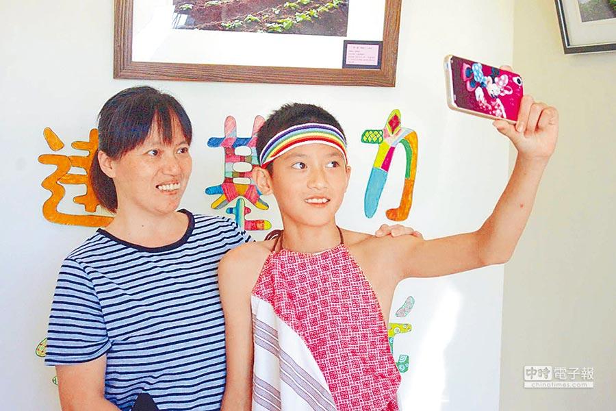 游君翰(右)的媽媽說個性內向的兒子,很喜歡自拍記錄生活。(許家寧攝)