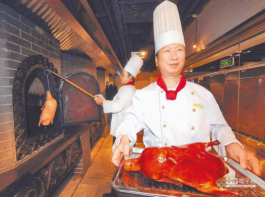 北京便宜坊的燜爐烤鴨。(新華社)