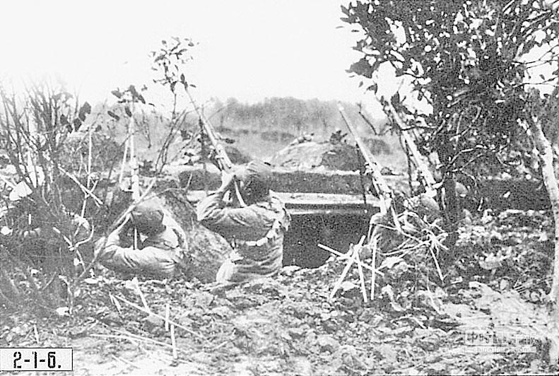 台兒莊戰役國軍拿步槍射擊日本軍機。(本報系資料照片)