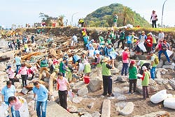減塑愛地球 200人和平島淨灘