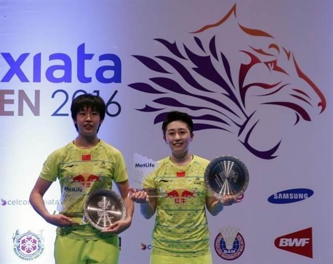 中國女子雙打羽球好手唐淵渟(左)與于洋(右)去年奪得大馬超級賽冠軍,可惜里約奧運遭到重挫之後,唐淵渟近日宣布退役。(新華社資料照)