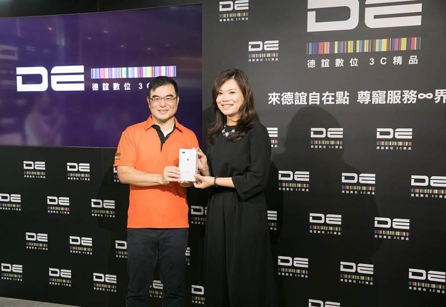 德誼數位 總經理杜偉昱 提供VIP貴賓一對一禮遇交機服務。(圖/德誼數位提供)