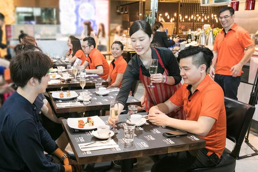 德誼數位提供全台VIP尊寵領機服務,讓貴賓們享受法式小點與氣泡酒。(圖/德誼數位提供)