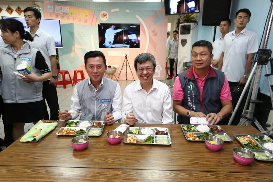 副總統陳建仁(中)、市長林智堅(左)與長輩們共餐。(徐養齡攝)