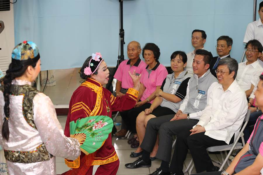 副總統陳建仁(右)22日參訪新竹市香村社區發展協會,欣賞社區媽媽們的幽默短劇。(徐養齡攝)