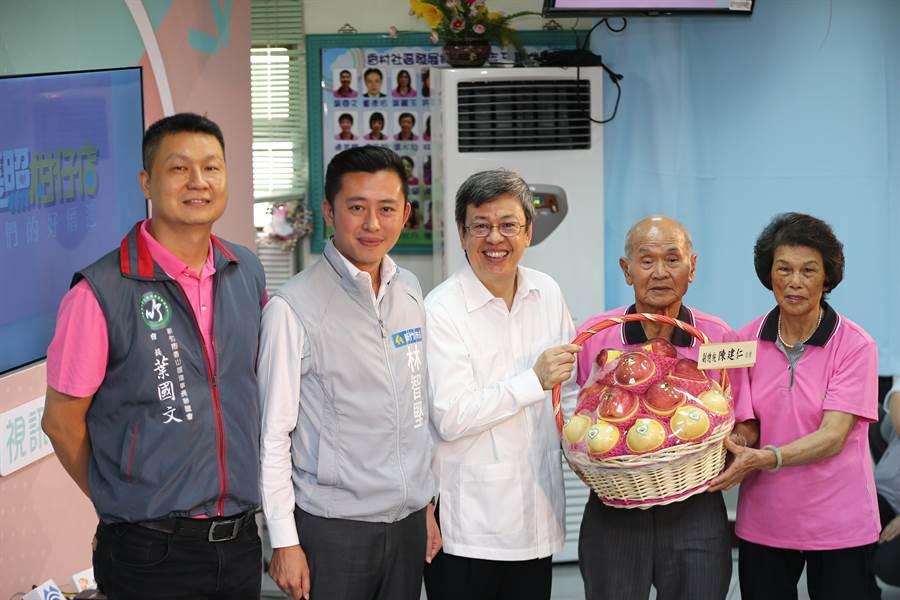 副總統陳建仁(中)22日參訪新竹市香村社區發展協會,贈送水果給鄉親們。(徐養齡攝)