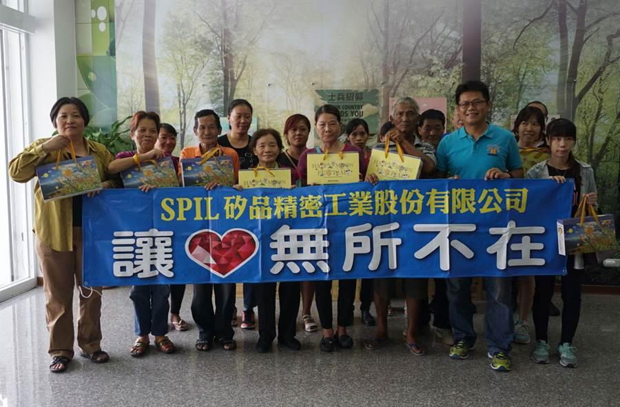 矽品員工劉旻杰(前排右二)發起「送愛心月餅到家扶」活動,讓弱勢家庭感受滿滿的祝福與溫暖。(王文吉攝)