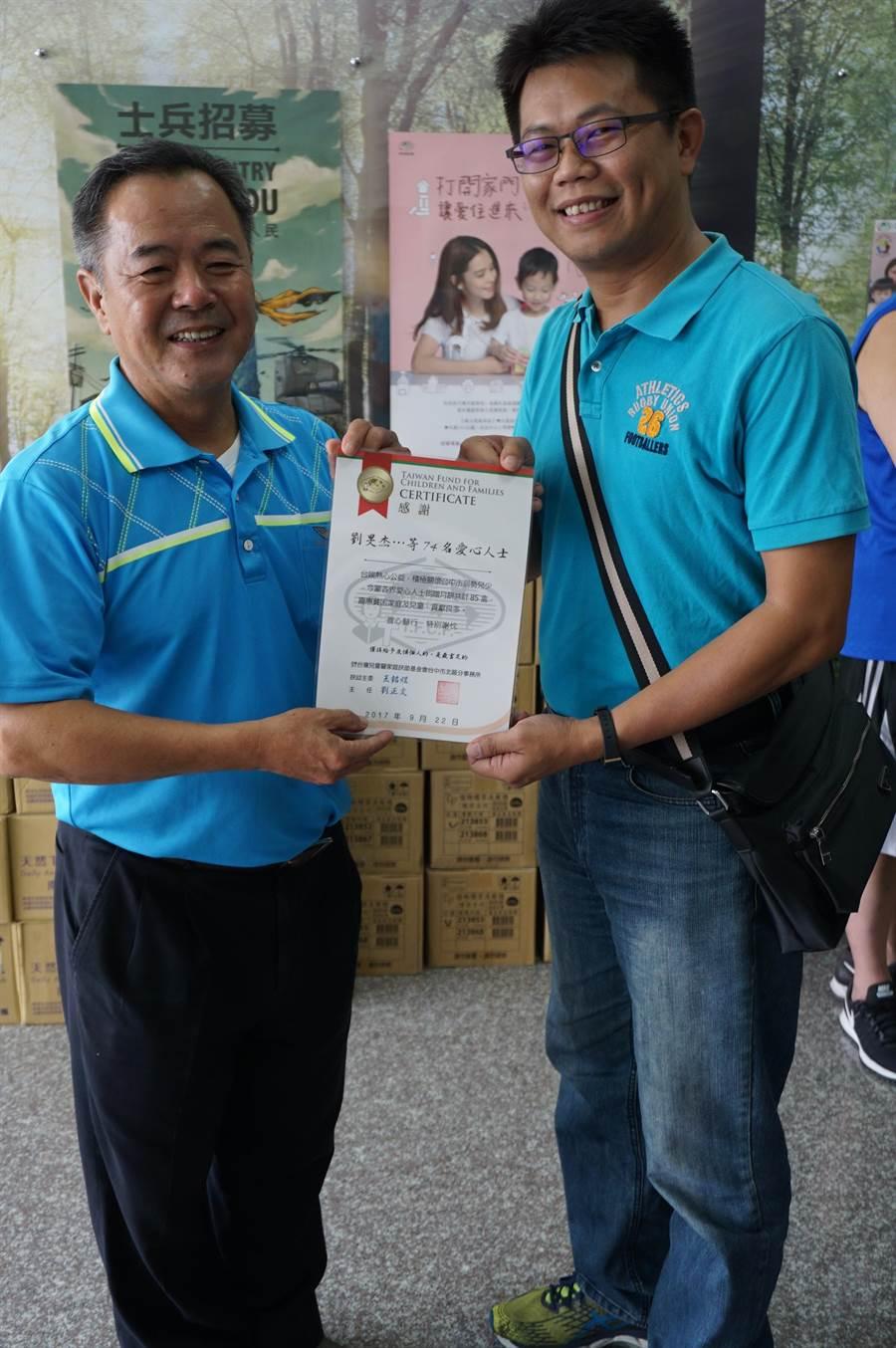 矽品員工劉旻杰(右)發動同事、親友捐贈愛心月餅,台中市北區家扶中心主任劉正文(左)回頒感謝狀致謝。(王文吉攝)