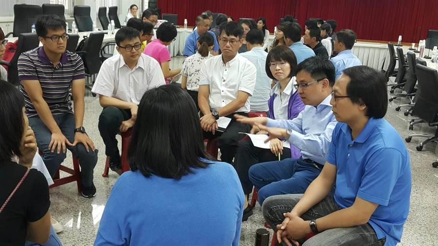 檢察官鄭益雄(右二)、林志祐(左二)與戒癮者家屬分組對談。(雄檢提供)