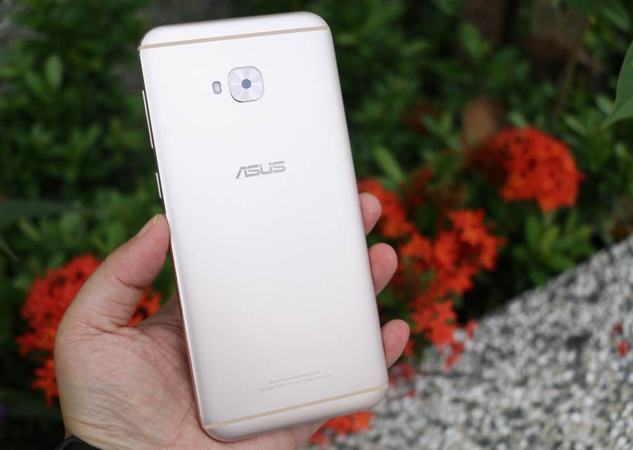 ZenFone 4 Selfie Pro背面。(圖/黃慧雯攝)