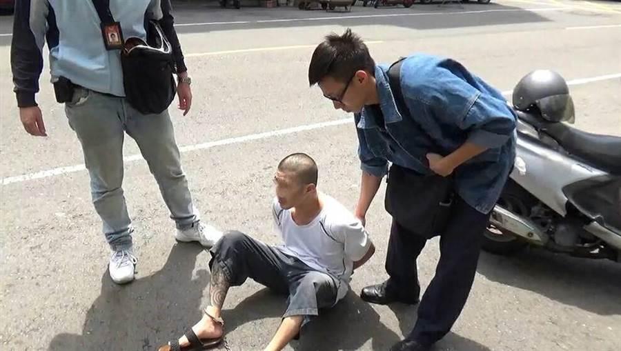 36歲黃姓通緝犯藏身現蹤,遭警擒獲。(郭韋綺翻攝)