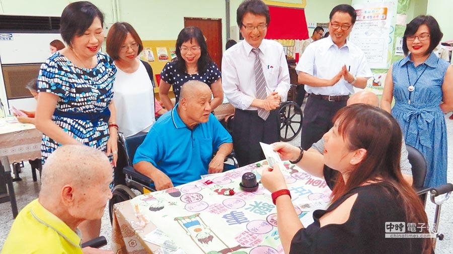 中區老人之家21日舉辦「以遊抗憂」的桌遊活動成果發表會,老人家開心體驗憶當年。(鐘武達攝)
