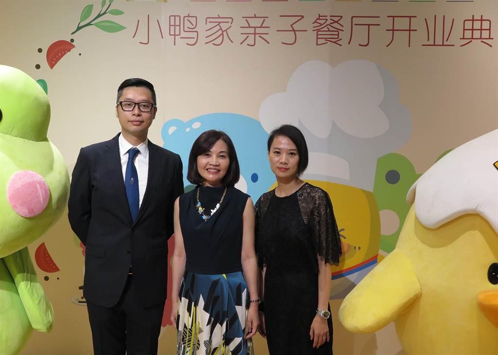東凌-KY副總經理許永融(左起),與 Otto2執行長詹秀葳、上海黃色小鴨貿易有限公司創意總監許亦瑄出席親子餐廳開幕。(記者陳政錄攝)