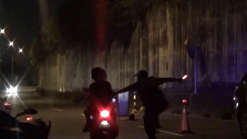 越南移工酒後騎機車逆向衝撞警察。(曹婷婷翻攝)