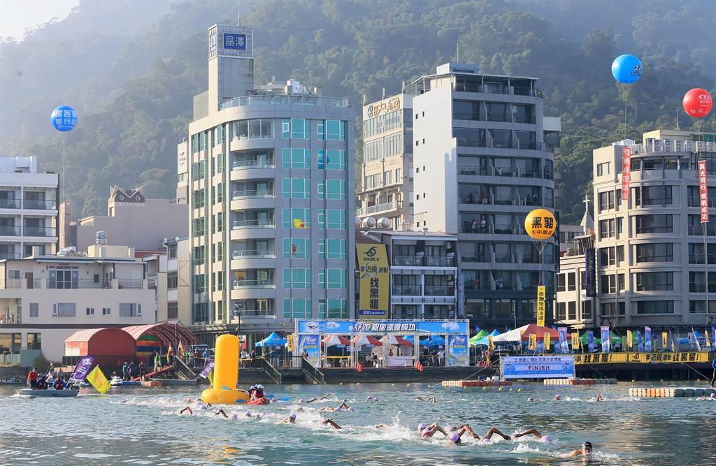 上午7點,92名10公里馬拉松游泳及5公里競賽,從伊達邵碼頭下水,繞行4個黃色浮標,10公里組4圈,5公里組2區,展開艱苦的長泳競賽。(黃國峰攝)