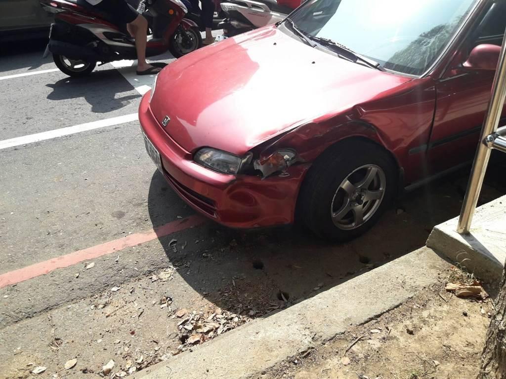 兩車擦撞翻覆,駕駛受到輕傷。(甘嘉雯翻攝)