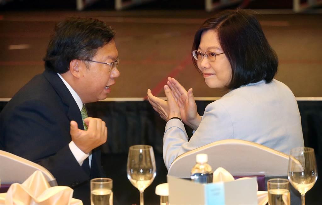 蔡英文(右起)在鄭文燦陪同下,出席桃園企業聯合會活動,並向響應加薪的企業致謝。(范揚光攝)