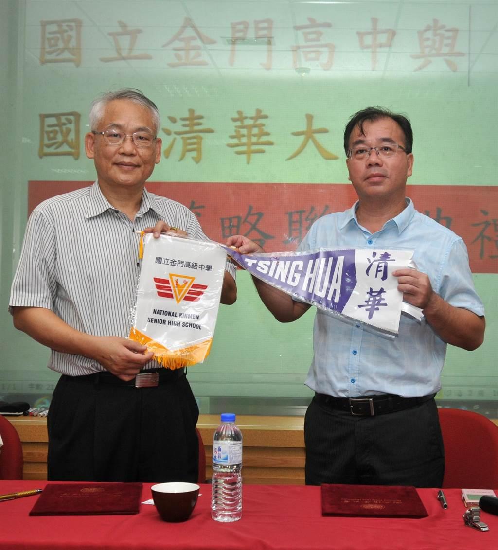 金門高中校長廖俊仁(右)與清華大學教務長戴念華(左)代表2校簽署締結策略聯盟。(李金生攝)