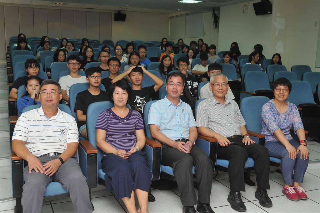 金中同學與大師相遇,接受頂大教授跨海指導。(李金生攝)