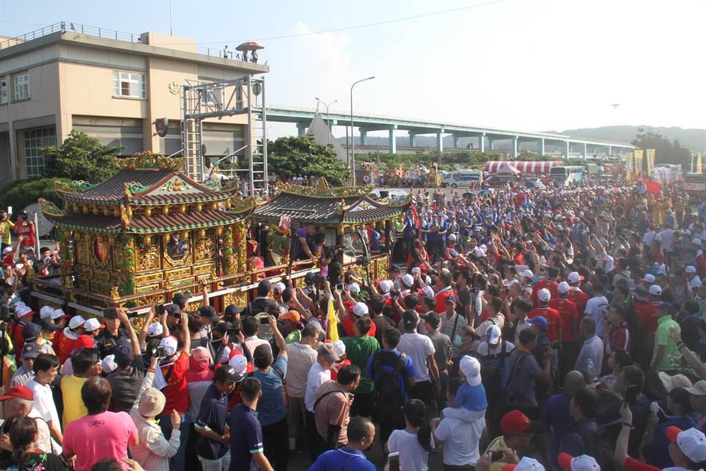 湄洲媽祖今天下午抵台,近3000名信眾到場迎駕。(譚宇哲攝)