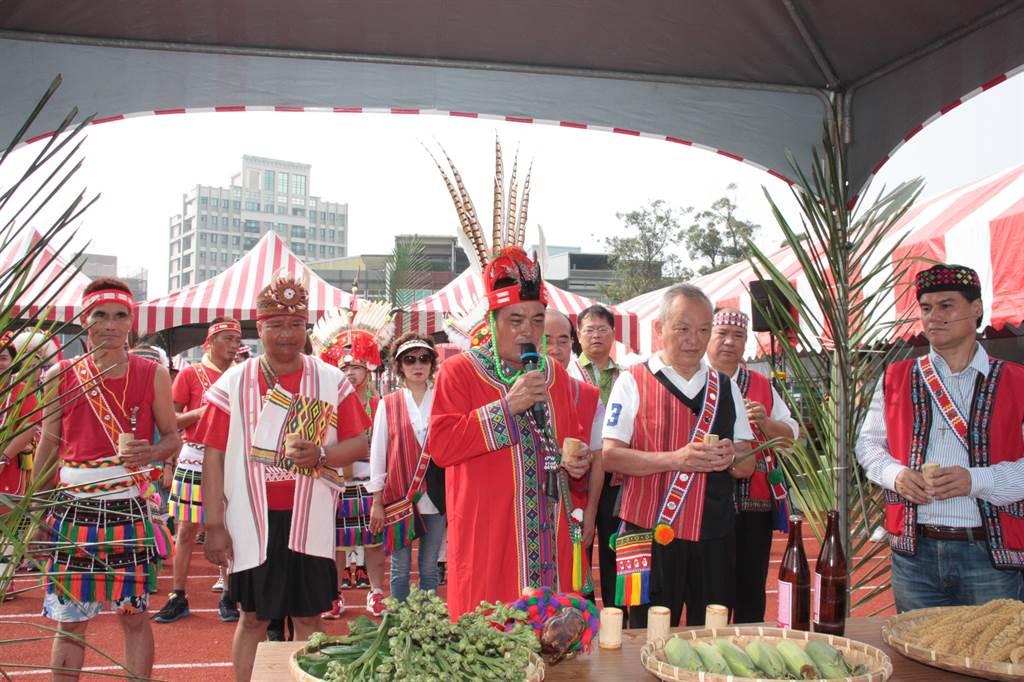 總頭目帶領縣長徐耀昌(右二)等來賓祈福。(陳慶居攝)