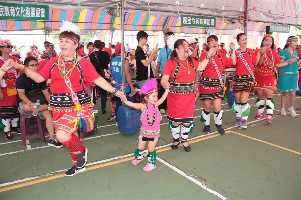 都會原住民以傳統服飾、舞蹈展現自己特色,小朋友也樂在其中。(陳慶居攝)