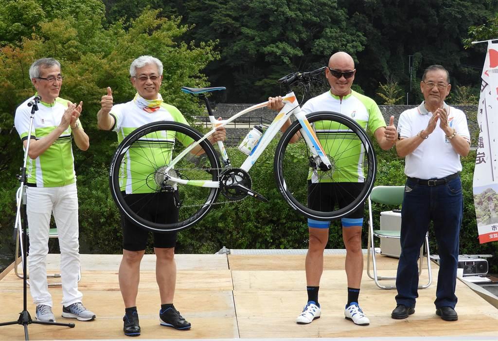 台中市副市長林陵三(右一)親自率隊,由台中出發展開110公里大分、愛媛島波海道自行車之征,為2018台中世界花博暖身。(陳世宗翻攝)