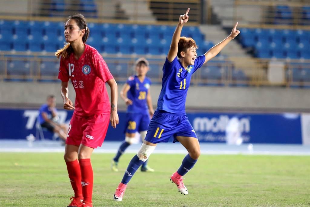 台北Play One前鋒陳燕萍在第63分鐘踢開花蓮大門,興奮的狂奔慶祝。(李弘斌攝)