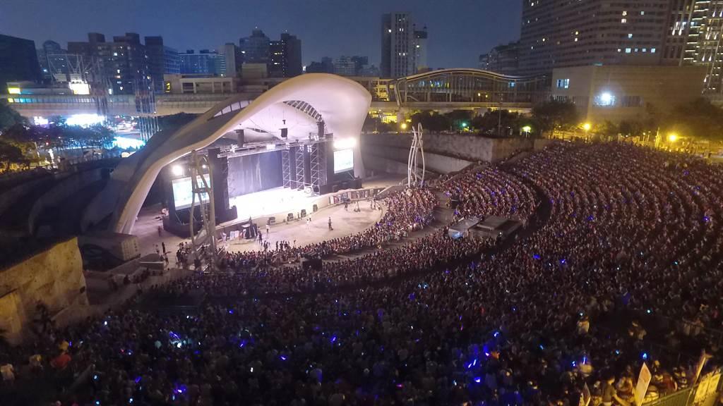 新舞臺藝術節以優人神鼓劇團的《勇者之劍》震撼揭幕,近萬名觀眾擠爆台中圓滿戶外劇場。(中信文教基金會提供)