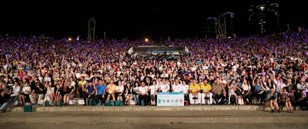 新舞臺藝術節首度挑戰戶外公益場,近萬人湧進台中圓滿戶外劇場。(陳淑芬攝)