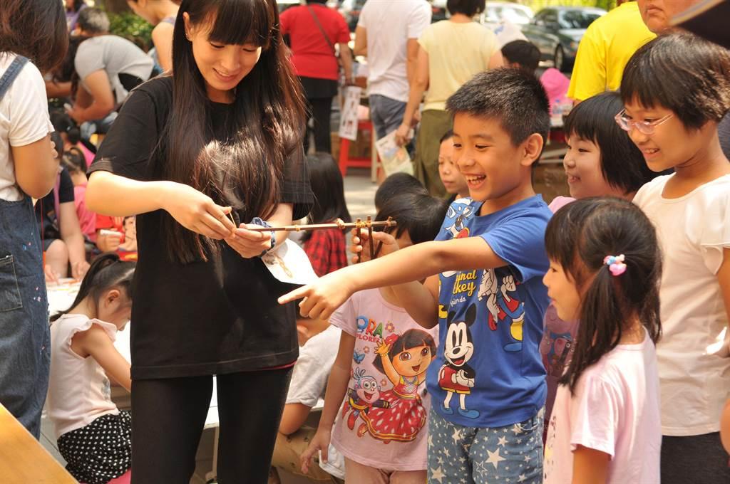 為紀念埔里在地文學家、民俗學家王灝,埔里鎮公所舉辦鄉土童玩體驗活動。(廖肇祥攝)