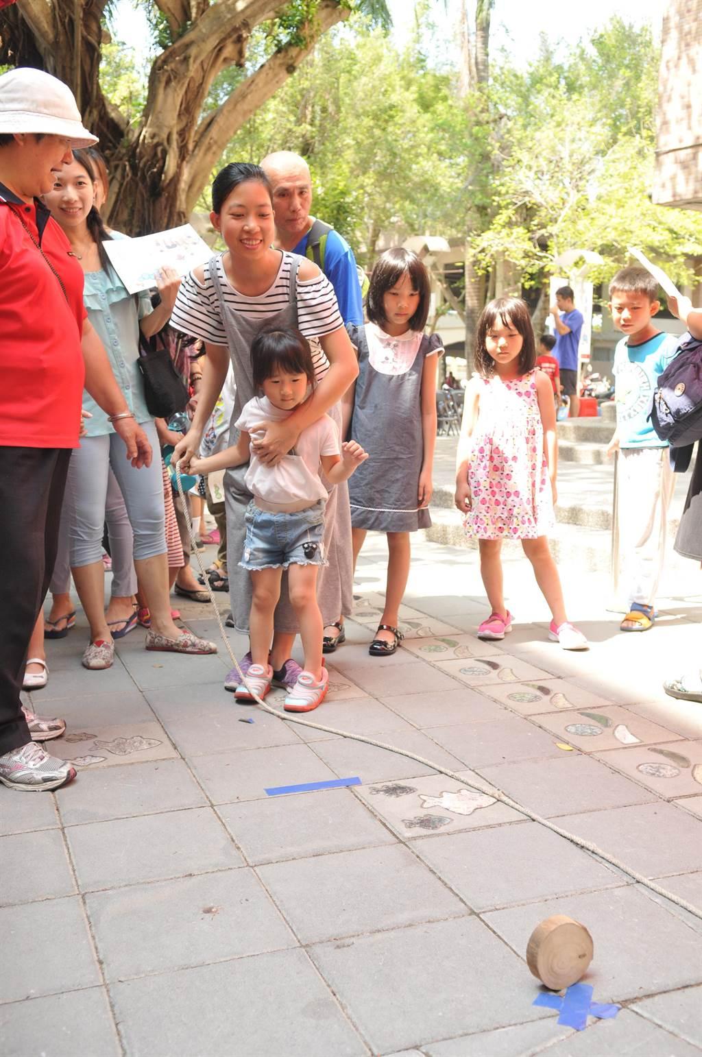 為紀念已故埔里在地文學家、民俗學家王灝,埔里鎮公所舉辦鄉土童玩體驗活動。(廖肇祥攝)
