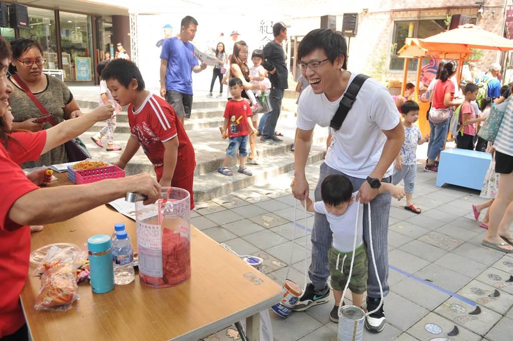 埔里在地文學家、民俗學家王灝生前經常帶領孩童製作童玩,埔里鎮公所舉辦童玩體驗活動紀念他。(廖肇祥攝)