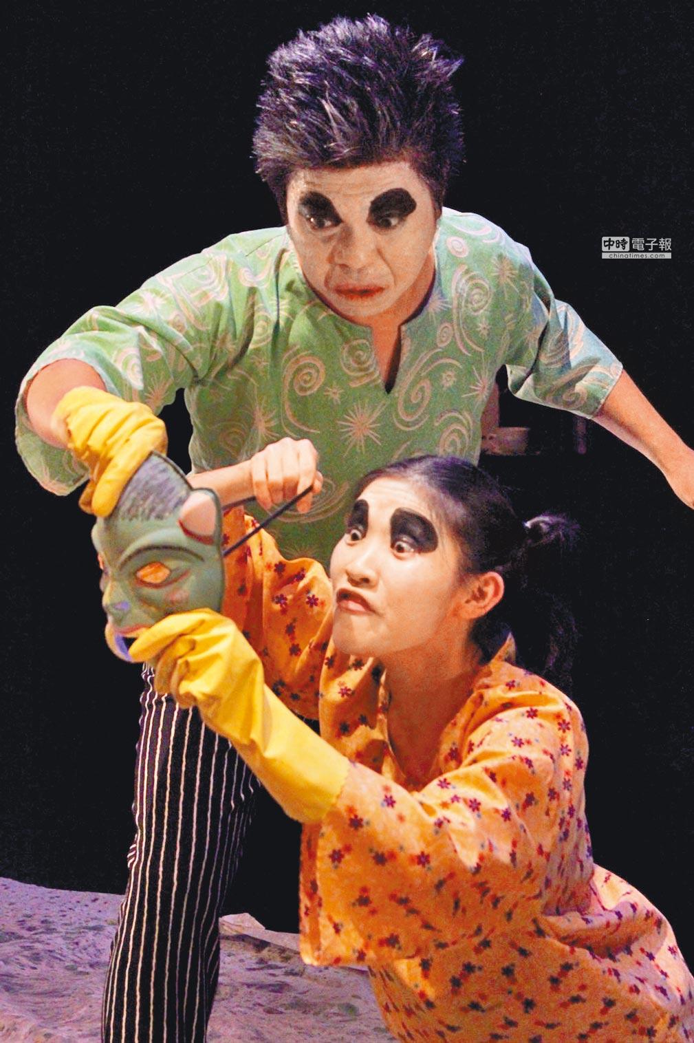 來自馬來西亞的卜卜劇場,以改編經典劇作的《下人》隱喻馬來西亞的社會困境。(卜卜劇場提供)