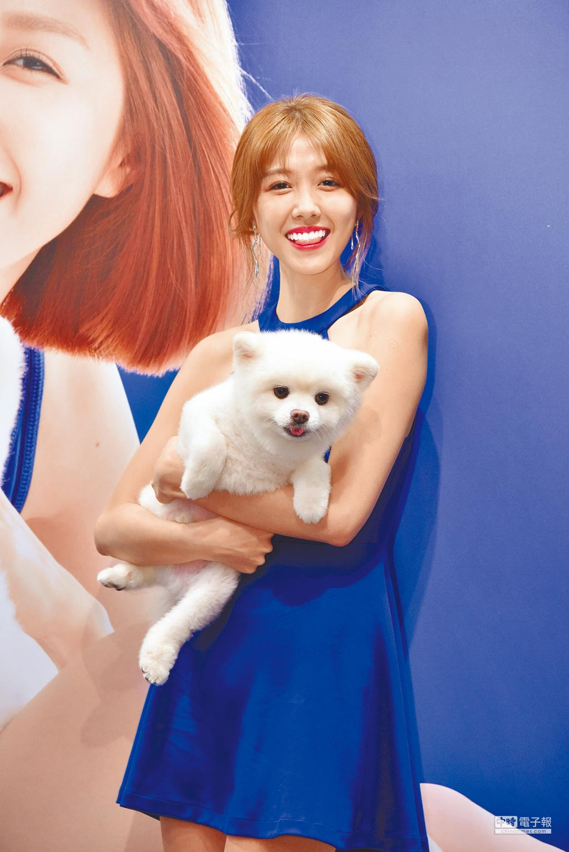 邵雨薇昨帶著5歲的愛犬阿筆一起出席代言活動。