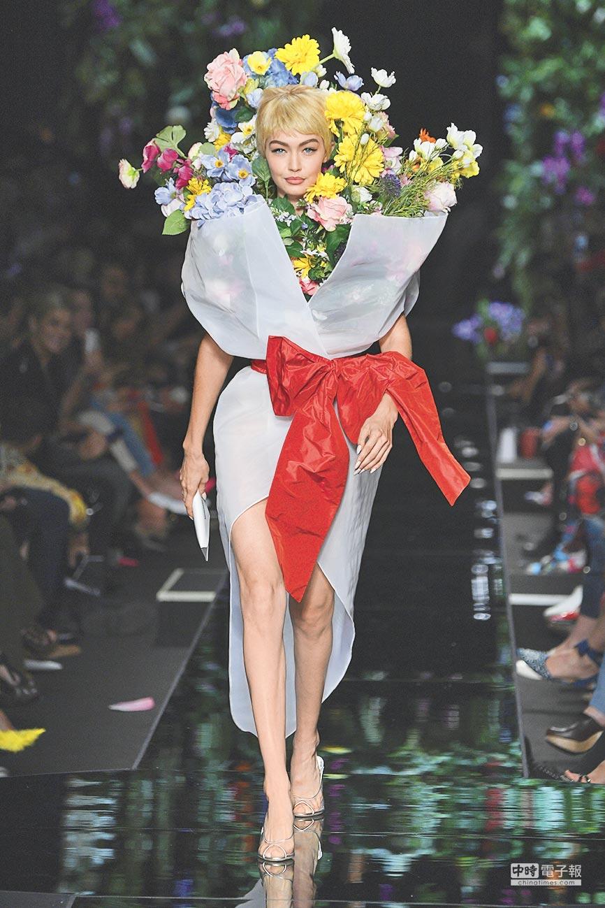 名模吉吉哈蒂德以一襲花束裝,為MOSCHINO 2018春夏系列女裝閉幕。(CFP提供)