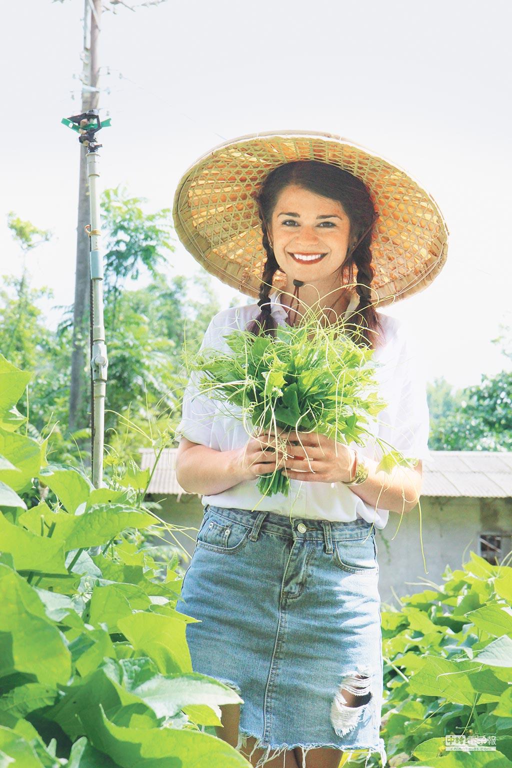 歐洲女孩當大使 歡迎來體驗2017年7月,「RTM泛旅遊」為讓台灣在地旅遊國際化,安排來自斯洛伐克的女孩Adriana(好好提供)擔任生活體驗大使,到甲仙生活1個多月。期間她與在地人同住,透過社區活動、農事體驗等,並拍攝微電影推廣給外地的朋友們,歡迎國外客到甲仙遊玩。(李承陽)