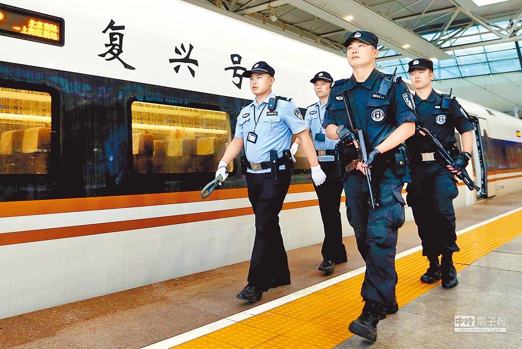 9月21日,上海铁路公安处民警在「復兴号」虹桥站始发站台巡视。(新华社)