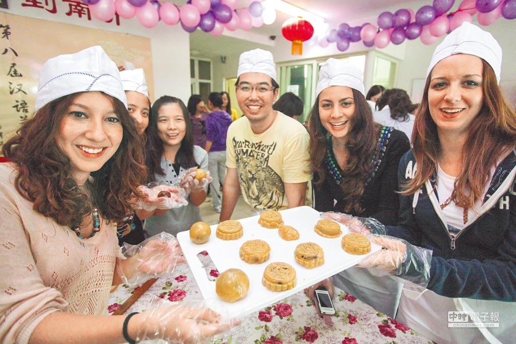 南開大學國家漢辦中國文化體驗中心的留學生展示自製的月餅。(新華社資料照片)